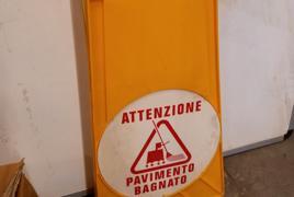 n° 8 cartelli segnaletica pavimento bagnato