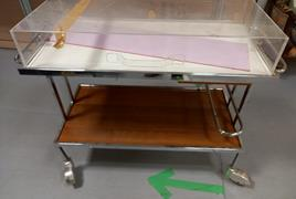 Carrello portavivande con piano in legno e copertura in plexiglass