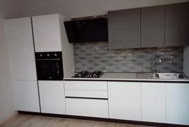 Rif. n. 5 - Cucina lineare colore bianco spazzolato, pensile colore grigio