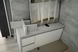 Rif. n. 8 - Mobile bagno di colore bianco con specchio