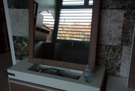 Rif. n. 9 - Mobile bagno colore bianco e nocciola con specchio e lavello