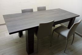 Rif. n. 28 - Tavolo allungabile in wengè con 4 sedie rivestite in pelle grigia