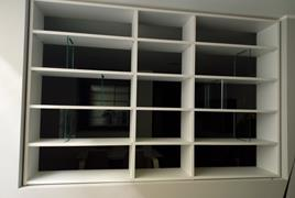 Rif. n. 29 - Mobile libreria bianco con separè in vetro a 15 vani