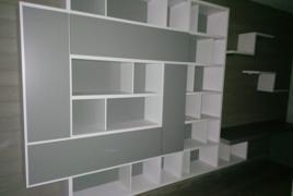 Rif. n. 35 -   Libreria di colore bianco con ante