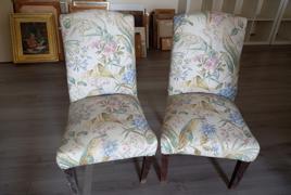 Coppia di sedie in legno con seduta in tessuto a trama floreale