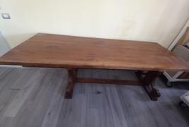 Tavolo in legno, in stile arte povera, completo di n° 2 sedie in legno e corda